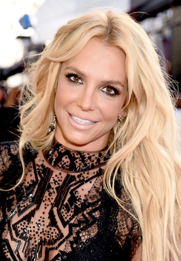 Britney Spears Smokey Eyes + Nude Lips | Best Makeup Looks from the Billboard Music Awards 2016, check it out at http://makeuptutorials.com/billboard-music-awards-makeup-tutorials