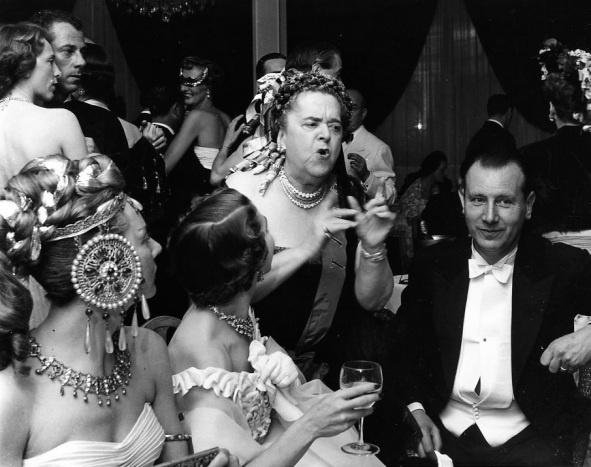 Robert Doisneau - Les potins d'Elsa Maxwell 1952