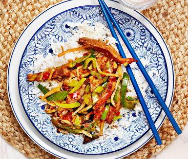 Fläskwok med bambuskott och ris är ett strålande exempel på god kinesisk snabbmat som är enkel att göra. Kött och grönsaker får fin smak av sweet chili och soja och serveras med nykokt ris. Resultatet blir en söt och smakrik köttwok som passar hela familjen.