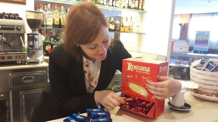 Al #Chocohotel sono arrivate le caramelle Rossana... Laura si è lasciata subito tentare! Emoticon smile #Caramelle #Rossana #LuisaSpagnoli #Perugia #Cioccolato #Perugina