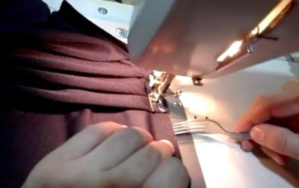 Ako ušiť rovnomerné riasenie? Pomocou vidličky! Neskutočne jednoduchá a úlne geniálna myšlienka! Pozrite si video na Artmama.sk