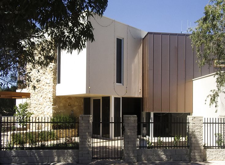 An opulent and modern new home with a tasteful combination of stone, Nailstrip and render. Natural irregular surfaces, linear and geometrical elements arranged with generous contemporary glazing.