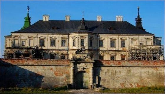 PİDHİRTSİ KALESİ                  Pidhirtsi /Ukrayna /1640 yıllında yapılan kale, zengin bir şekilde döşenmişti ama I. Dünya Savaşı sırasında, Rus askerleri tarafından yağmalandı. Daha sonra sanatoryuma dönüştürüldü ama 1956'da bilinmeyen bir sebepten üç hafta boyunca yandı. Konak, Lviv Sanat Galerisi tarafından korunmaya çalışılıyor.
