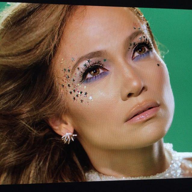 """Jennifer Lopez nel suo video ci illumina con il suo make-up pieno di stelle. Questa """"galassia"""" è facile da aggiungere a qualsiasi tipo di trucco e farà brillare il tuo make-up da party.  -cosmopolitan.it"""