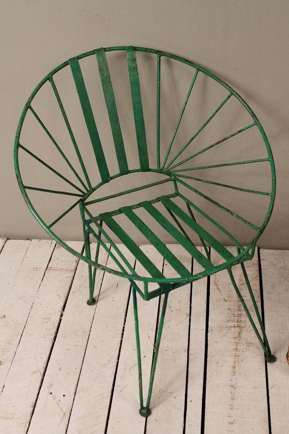 Quel une trouvaille ! Cette chaise est fabuleuse. Au milieu du siècle siège de style de chaise en métal rond « papasan » est un morceau de