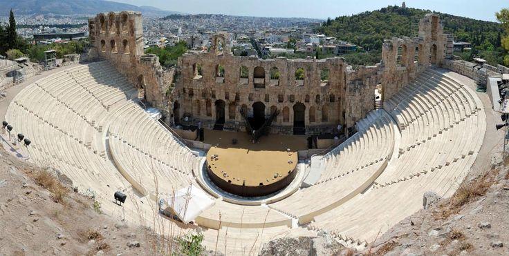 Odeón de Herodes Ático, levantado en el año 161 por el cónsul romano Herodes Ático en memoria de su mujer Aspasia Annia Regilla, emplazado en la parte sur de la Acrópolis de Atenas, a diferencia del teatro romano el Odeón se encontraba cubierto con techo de madera de cedro, disponía de 32 gradas para cinco mil espectadores. El escenario de mármol blanco y cipolin (especie de mármol) tenía una longitud de 35 metros. En la actualidad se encuentra restaurado y es escenario del Festival de…