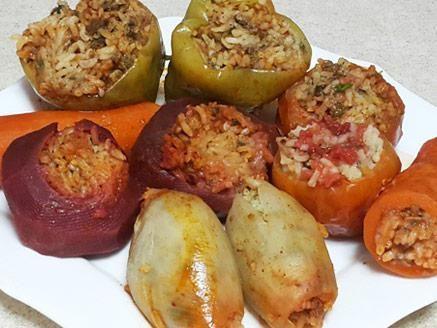 מתכון מבחר ירקות ממולאים בבשר ואורז, פלפלים, עגבניות, בצלים, סלקים וגזרים ממולאים בתערובת בשר ואורז ברוטב עגבניות עדין - ארוחה שלמה מבושלת וטעימה בסיר אחד