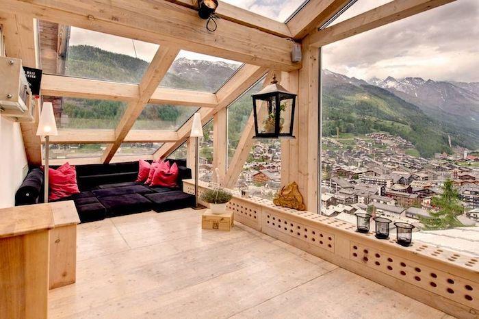 Wohnung Einrichten Ideen Einzigartige Ausblicke Aus Einer Dachwohnung  Gemütliches Ambiente Schwarzes Sofa Rote Kissen Ausblick über