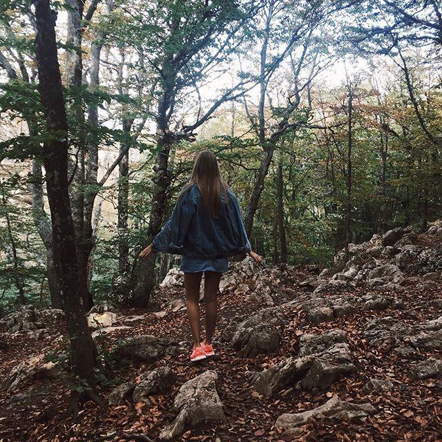 Весь день качаем ноги на горных тропинках Какой тут стоит запах, просто удивительно, а воздух на столько чист, что у меня от непривычки заболела голова  И ещё, я в сотый раз убеждаюсь в том, что мир капец как тесен. Иду я такая сегодня вечером по Ялте, а тут опа, на встречу мне идет @krissrogoysha Столько эмоций встретить знакомого человека так далеко от дома)