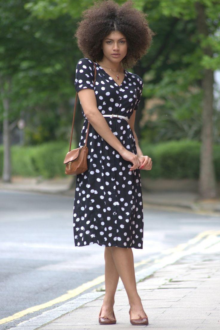 Estilo polka mirada retro de 1950 puntean traje vestido y el pelo afro.  | Samio - www.samio.co.uk: