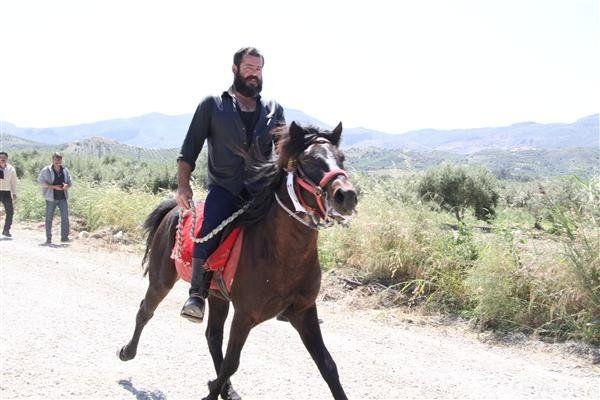 Θα γίνει σεισμός, θα γίνει χαλασμός! Απόβαση έφιππων Κρητικών στη Θεσσαλονίκη για το Σκοπιανό!