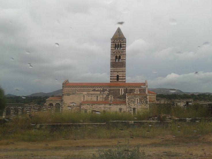 La Basilica di Saccargia (Alghero) circondata da teneborse nuvole che minacciano tempesta