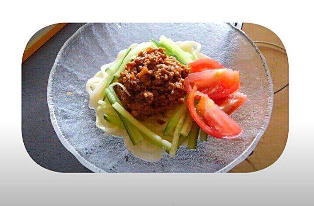 ジャージャー麺 を うどん で!! さっぱりしたものが食べたい夏に. (盛り付けが下手っぴですね(>_<)) - 12件のもぐもぐ - ジャージャー麺風うどん by rnnn1135