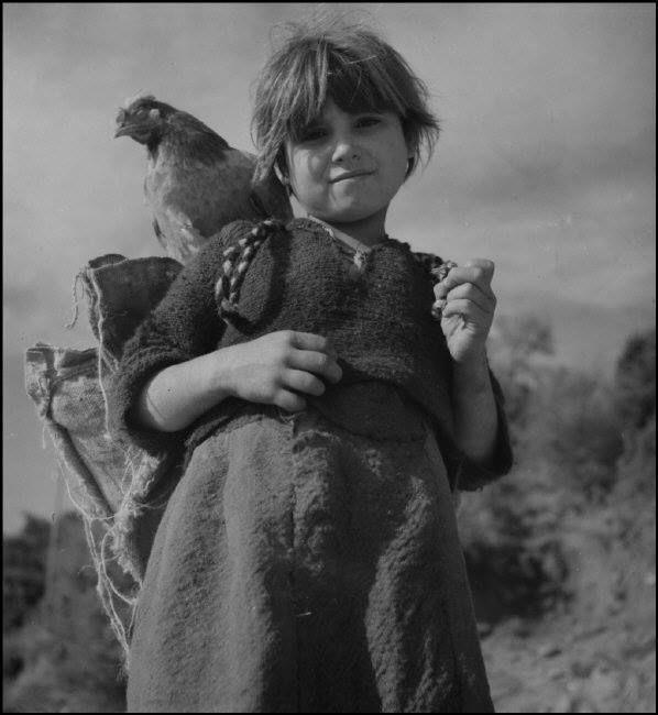 Werner Bischof κάπου στην Ελλάδα το 1946.Το κοριτσάκι με την κότα του.
