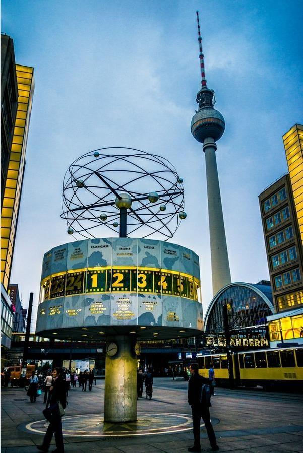 Alexanderplatz, Berlin | Fernsehturm und Weltzeituhr. Das darf natürlich nicht bei einem Besuch fehlen. repinned by www.parkett-direkt.net