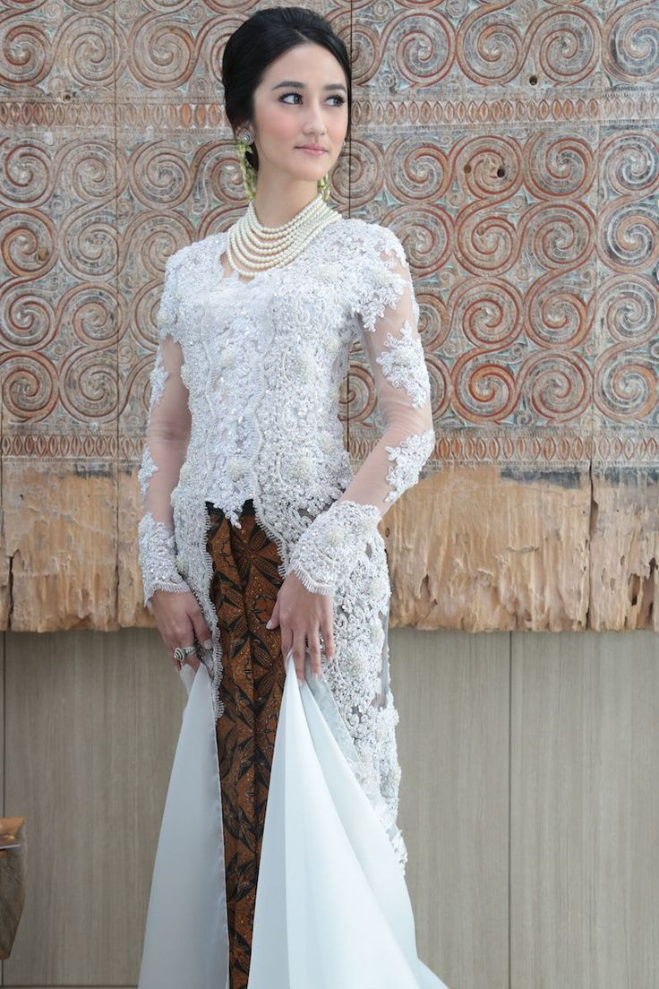 This is incredible! Unique work by SVARNA by IKAT Indonesia Didiet Maulana http://www.bridestory.com/svarna-ikat-indonesia/projects/white-elegance1438080252