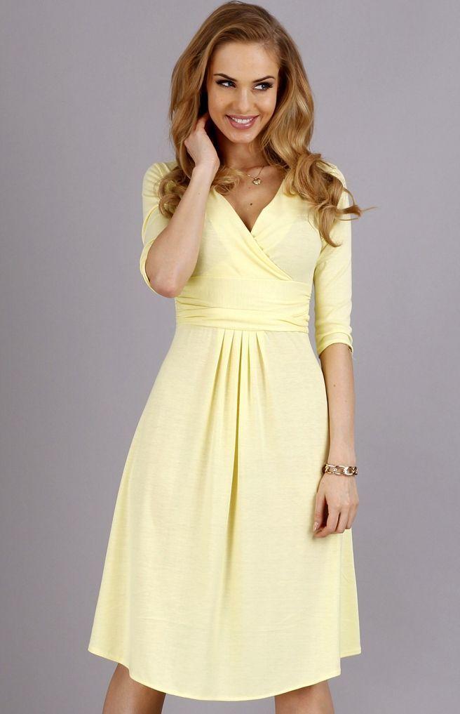 Makadamia M84 sukienka żółta Prosta, a zarazem elegancka sukienka midi na każdą okazję. Klasyczny, rozkloszowany fason z kopertowym dekoltem