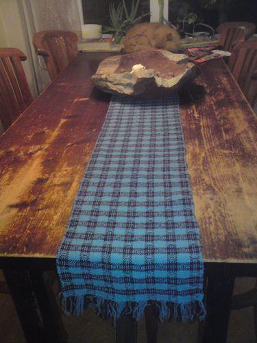 Een handgeweven tafelloper, van shetlandwol, gemaakt op mijn eigen getouw. Ik ben er erg trots op!