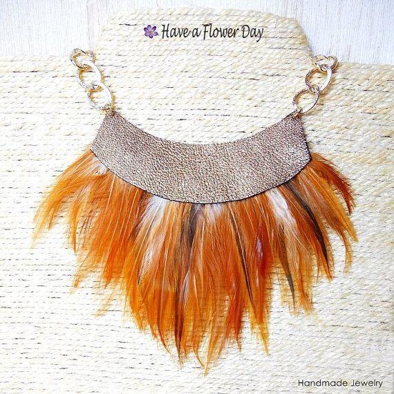 Collar babero de plumas con cuero dorado. Estilo por HaveaFlowerDay