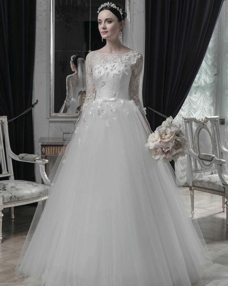 ПЛАТЬЕ ДНЯ Свадебное платье Le Rina @lerina.ru Aleksiya из гипюра и фатина с украшенным цветами и вышивкой ручной работы коресетом. В свадебном салоне Принцесса на горошине @goroshina_spb #bridemagru #невеста #мода #стиль #модель #платье #свадьба #скоросвадьба #платьедня #свадебноеплатье #wedding #bride #dress #weddingdress #weddinggown #style #look #luxury #weddingfashion #weddingtrends #wedding #trends