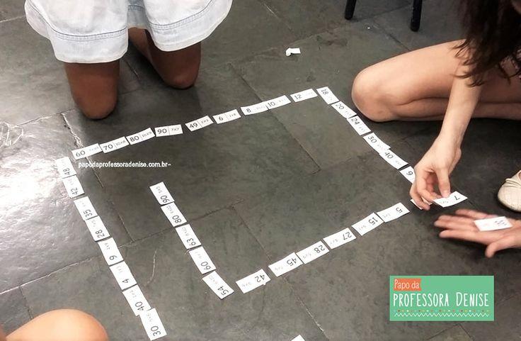 Baixe e imprima GRÁTIS o Jogo Dominó da Tabuada e aprenda brincando criança escola jogos matemática. Saber a tabuada é importante para agilizar a resolução de problemas matemáticos na escola e nosso cotidiano.