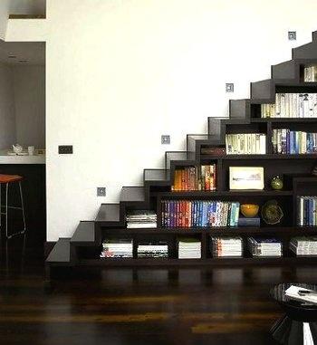 biblioteca bajo escalera,   -La escalera moldea perfectas vistas-