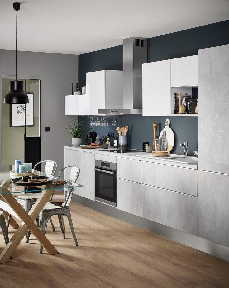 Inspiration loft minimaliste pour notre nouvelle cuisine EYRE, au décor effet béton, aux poignées invisibles et aux façades coordonnées.