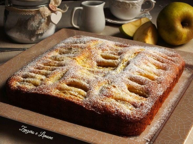 Ed eccomi con una ennesima torta di mele. Del resto sono così buone! Quella di oggi è un dolce soffice, profumato e leggero, ideale da servire a colazione accompagnato da un bicchiere di latte o a mer