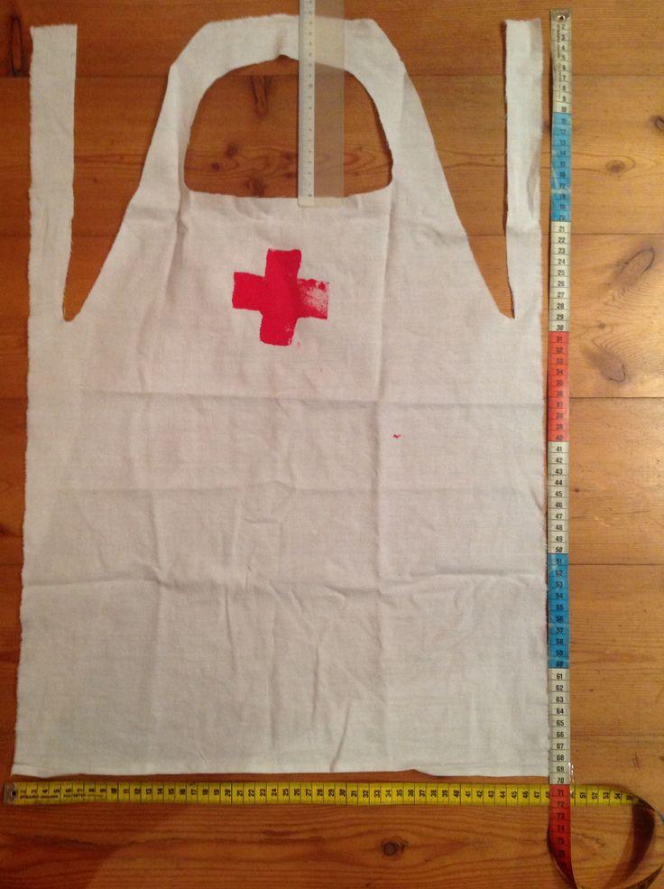 Maak een eenvoudig doktersschortje uit een stuk laken van 70x50 cm. Je hoeft niets te naaien. Op een wip heb je voor elke kleuter een schortje! Laat hen er nog een rood kruis op stempelen! Succes Karina