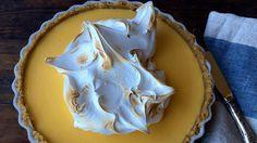 Frisk smak av sitron som blir dempet av søt marengs. Lise Finckenhagens oppskrift på sitronpai inneholder bunn av havrekjeks, sitronfyll med eggeplommer og eggehviter og en luftig marengs på toppen.