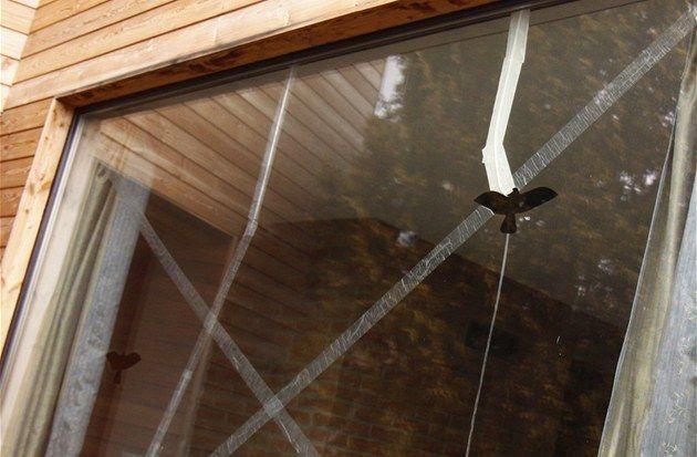 Prasklé okno v obývacím pokoji. Důsledek špatně zvoleného rámu, chybného...