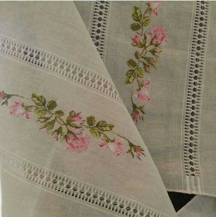 Table runner, perfectly stitched roses, they look so pretty.