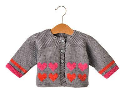 En rose ou en rouge, les cœurs jouent gagnant sur ce joli gilet pour votre petit cœur. Présenté dans le numéro d'avril 2012 d'Enfant Magazine, il est réalisé en jersey endroit, point mousse et point de riz.