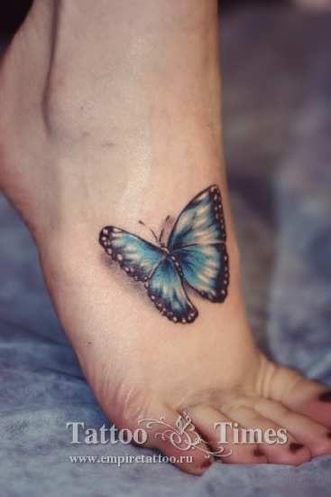 Татуировка бабочка на стопе