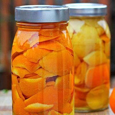 Nettoyant multi-usges: Vinaigre et écorces d'oranges dans un pot placé dans un endroit sombre. Après une semaine, transférer dans un vaporisateur.
