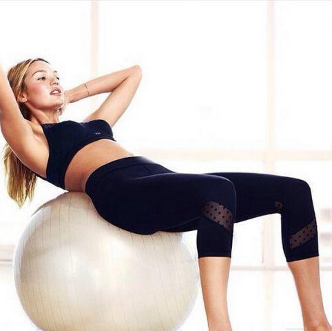 Addominali a prova di crop top? Più divertenti sulla soft ball, come Candice Swanepoel.