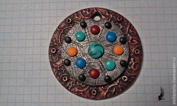 В этом уроке вы увидите процесс создания эффектного кулона из полимерной глины с имитацией металла, узнаете хитрости и приемы работы с пластикой. Для работы нам понадобится: - полимерная глина черного цвета и совсем немного разных цветов;- жидкая пластика;- экструдер;- нож;- каттеры;- акриловая краска металлик двух цветов;- текстура;- дотсы;- лак для полимерной глины;- фурнитура для сборки.