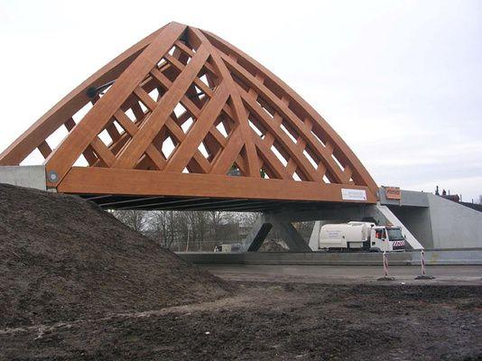 de houten brug Akkerwinde is zo uniek omdat   de houten constructie van stalen is