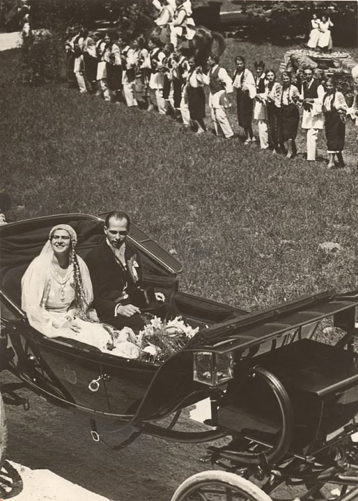 Princess Ileana of Romania andArchduke Anton - leave in their wedding carriage