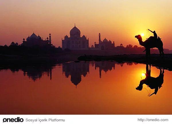 Gün batımında Yamuna nehri üzerinde Tac Mahal'in silüeti