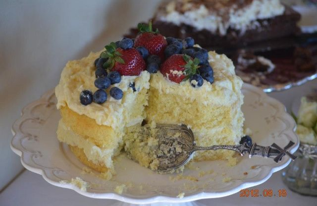 #whitechocolatecake #berries #strawberries #blueberries