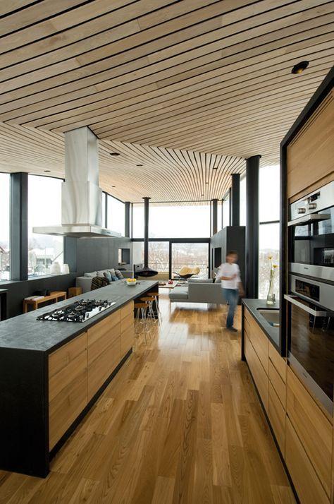 黒い色調のシステムキッチンと木製の後ろの棚参考 色調が好み