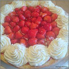 Recept voor een frisse zelfgemaakte aardbeienvlaai. De vlaai is heerlijk romig met bakkersroom, fris met de aardbeien en heerlijk met de slagroom