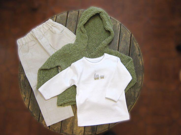 Pantalón oxford y polera manga larga algodón pima y chaleco con capucha verde bosque.