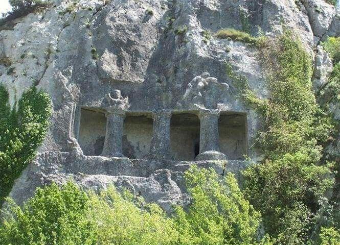 SİNOP'TA PAPHLAGONİA KAYA MEZARLARI... Batı Karadeniz Turizm Havzasının en zengin Antik Dönem Kültürel Mimari Kenti..  Paphlagonia nın bilinen en eski ismi Pala (Palaca: uruPalaumnili) Hititçedir. Pala aslında MÖ 2000 lerde burada yaşamış bir halk isminden türetilmiştir. Hitiler zamanından Pala dilinde yazılı birçok metin günümüze kadar kalmıştır. Strabon, Paphlagonia nın sınırlarını batıda Parthenius (Bartın Çayı), doğuda Haly Nehri (Kızılırmak) ile çizmektedir.   Bugün Bartın, Kastamonu…