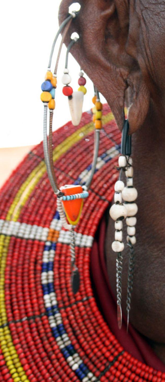 De Masai houden ook van versieringen. Zowel mannen als vrouwen dragen oorbellen in hun oorlel en aan de bovenkant van hun oor. Soms rekken ze de oren uit door gewichten aan de oorbellen te hangen. Naarmate er meer gewicht aan komt te hangen, worden de oorlellen steeds langer.