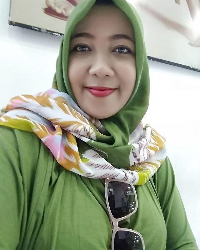 Harusnya Tuh Kacamataku Bukan Disitu Jadi Jelek Kan Fotonya Kebiasaan Deh Selfie Selfies Green Smile Smil Kecantikan Jilbab Cantik Wanita