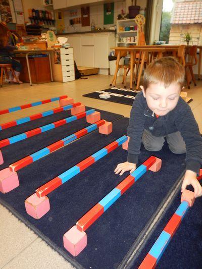Bewegingsomloop met roze toren en rode of rekenstokken - MontessoriNet