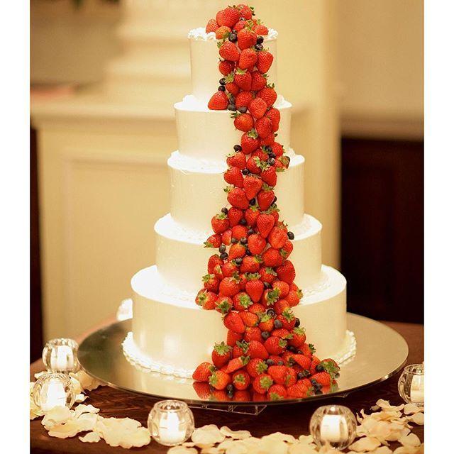 シンプルな5段ケーキに流れをつけたイチゴのデザイン マジパンを使った可愛いケーキもステキですが 大人ウェディングには スタイリッシュなデザインがオススメです。 #ウェディングケーキ #weddingcake #ウェディングケーキデザイン #結婚式 #披露宴 #wedding #weddingparty #コーディネート #会場コーディネート #大人ウェディング #大人sweet #スタイリッシュ #神戸セントモルガン教会 #神戸結婚式場