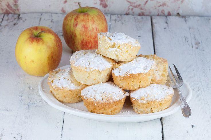 Heerlijk geurende romige appel muffins gemaakt van o.a. Griekse yoghurt, appels, suiker en vanille. Recept voor 12 romige appel muffins.